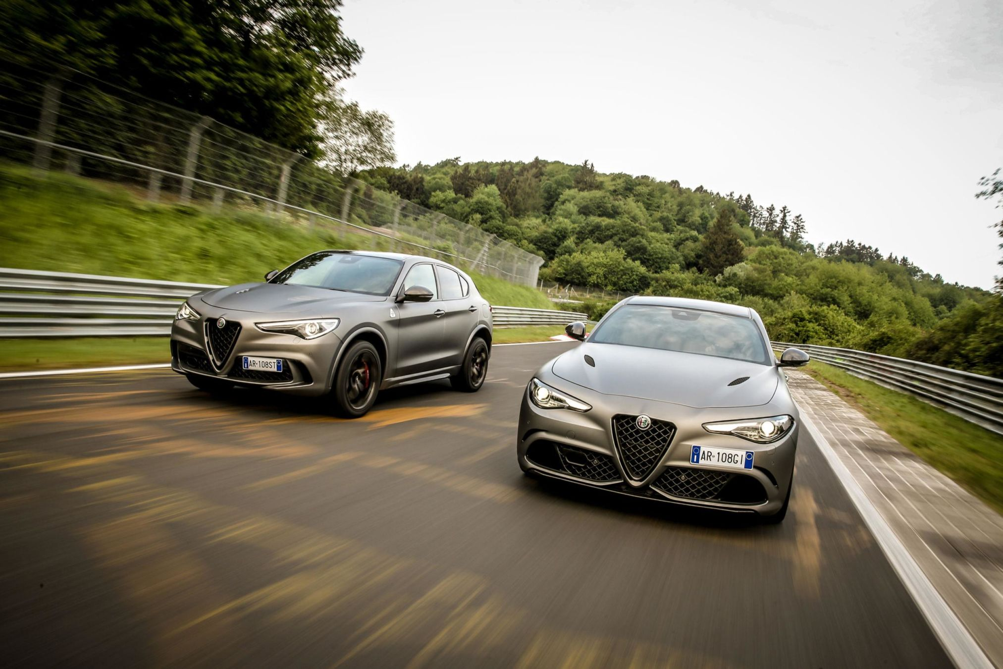 les alfa romeo stelvio et giulia quadrifoglio sont enfin disponibles en version limit e. Black Bedroom Furniture Sets. Home Design Ideas