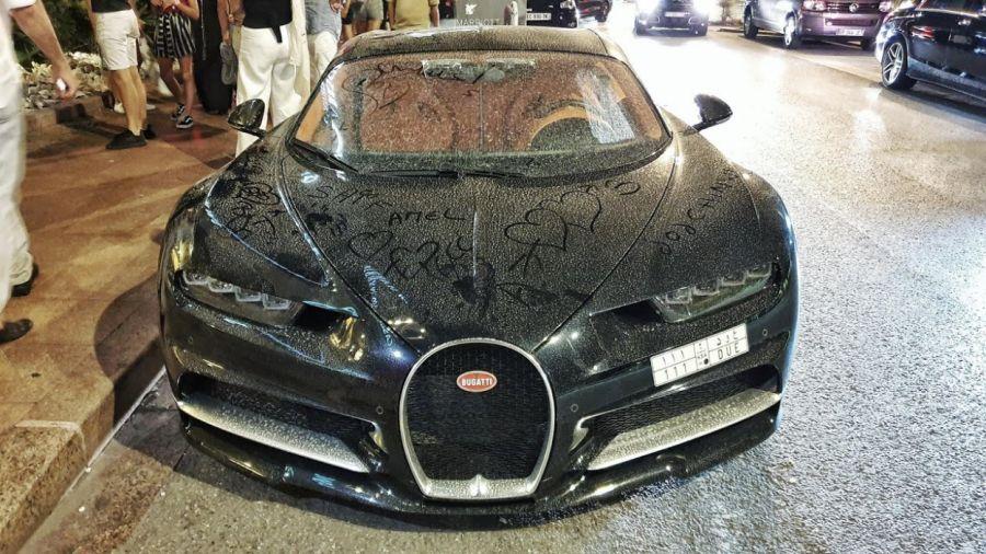 Vidéo : Ils dessinent sur des Bugatti Chiron, Lamborghini et Ferrari ensablées