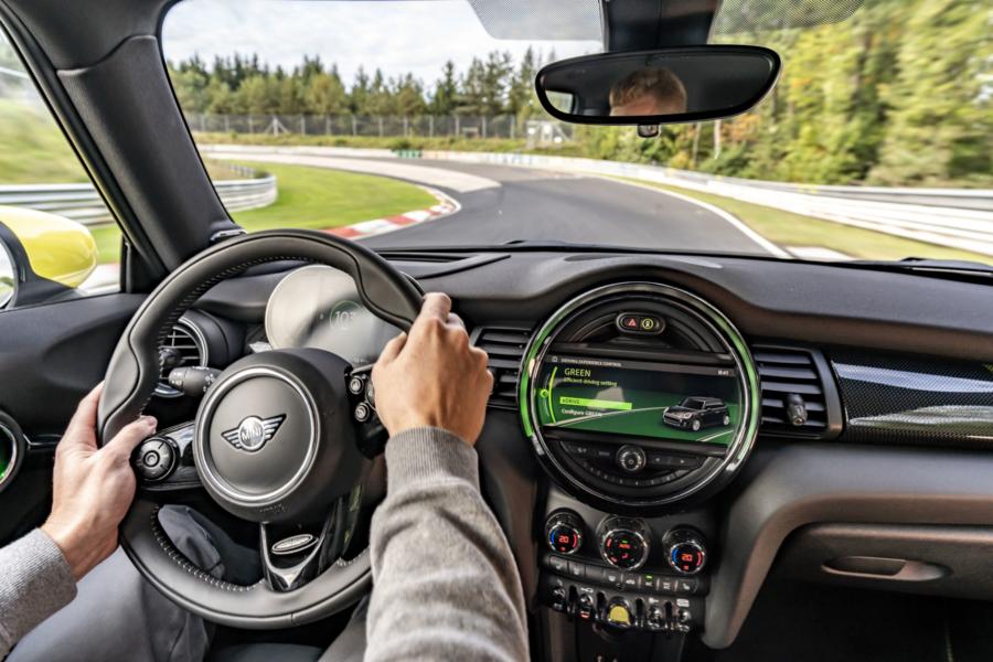 MINI fait boucler un tour du Nürburgring à sa Cooper SE sans toucher une fois aux freins