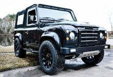 Photo de Osprey Custom installe un V8 de Corvette dans un Land Rover Defender totalement restauré