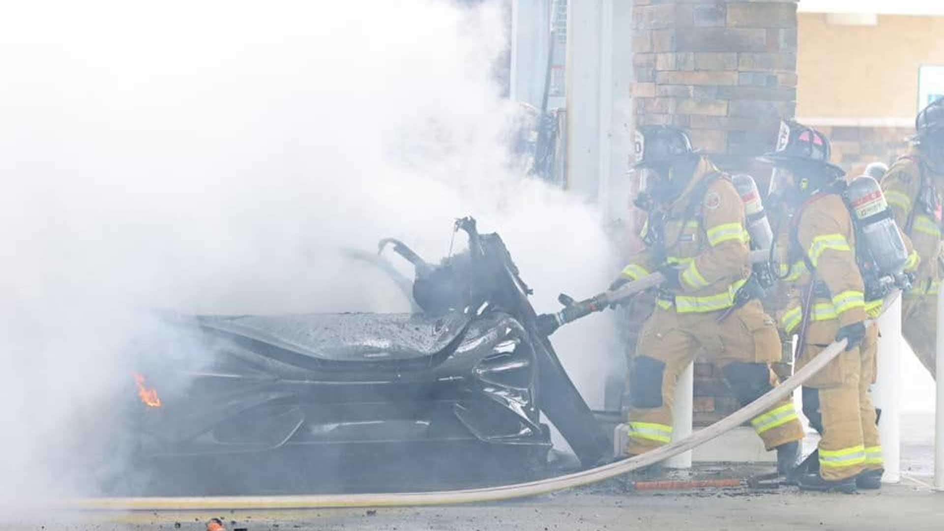 Une McLaren 765LT dévastée par un incendie dans une station service